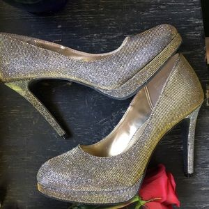 NWOT Fioni Night Silver/Gold Shade Shifting Heels